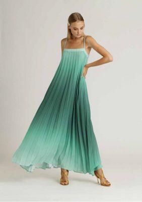 abito lungo plissè con scollo simmetrico