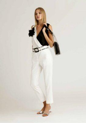 blusa smanicata bicolor con scollo a incrocio e pantalone slim bianco