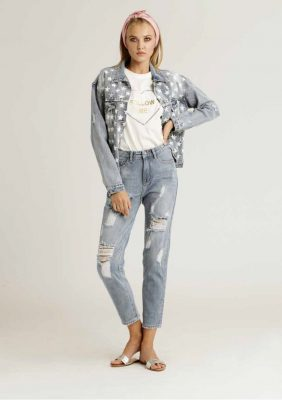 giubbino di jeans con stampa stelle e t-shirt stampata con cuore in paillettes