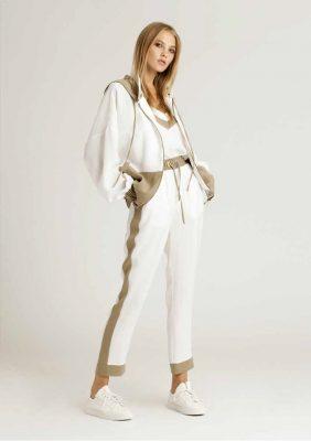 giubbino con zip e cappuccio più pantalone con fasce in contrasto e coulisse in vita