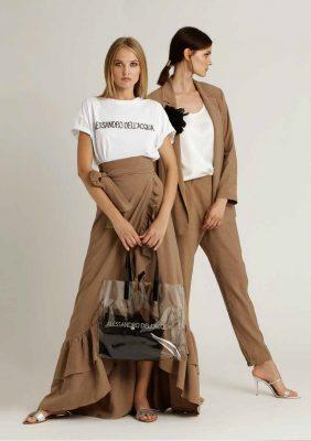 t-shirt con logo in paillettes e gonna lunga con rouches più giacca maschile con pantalone con mezzo elastico dietro