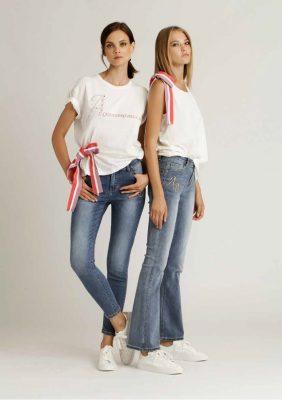 t-shirt con stampa logo e applicazioni con jeans slim più canotta con gros su spalla e jeans con logo ricamato