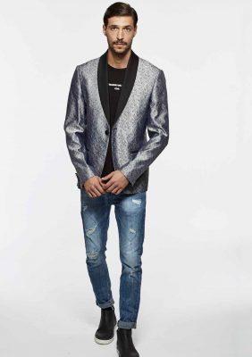 giacca a due bottoni foderata con rever in raso e t-shirt con logo stampato
