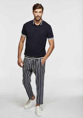 polo a manica corta con sottocollo personalizzato e pantalone elastico con lacci logati